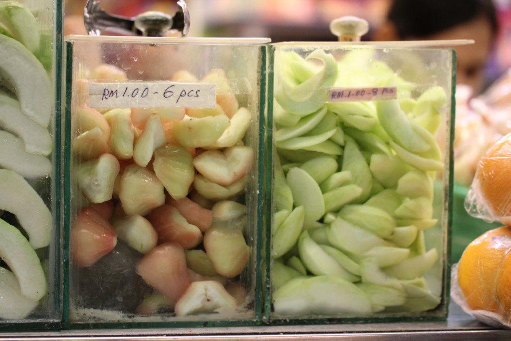切り売りの果物:ウォーターアップル6切れ、グァバ8切れ30円