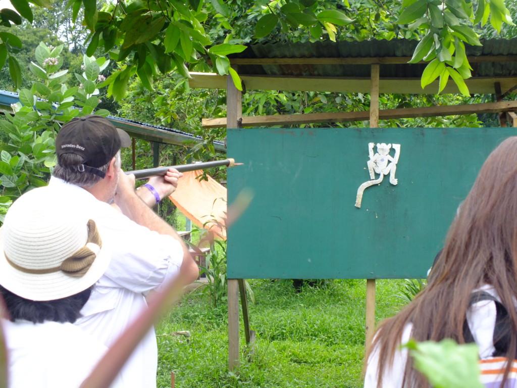 吹き矢の体験 グヌン・ムル国立公園 2012.7.26