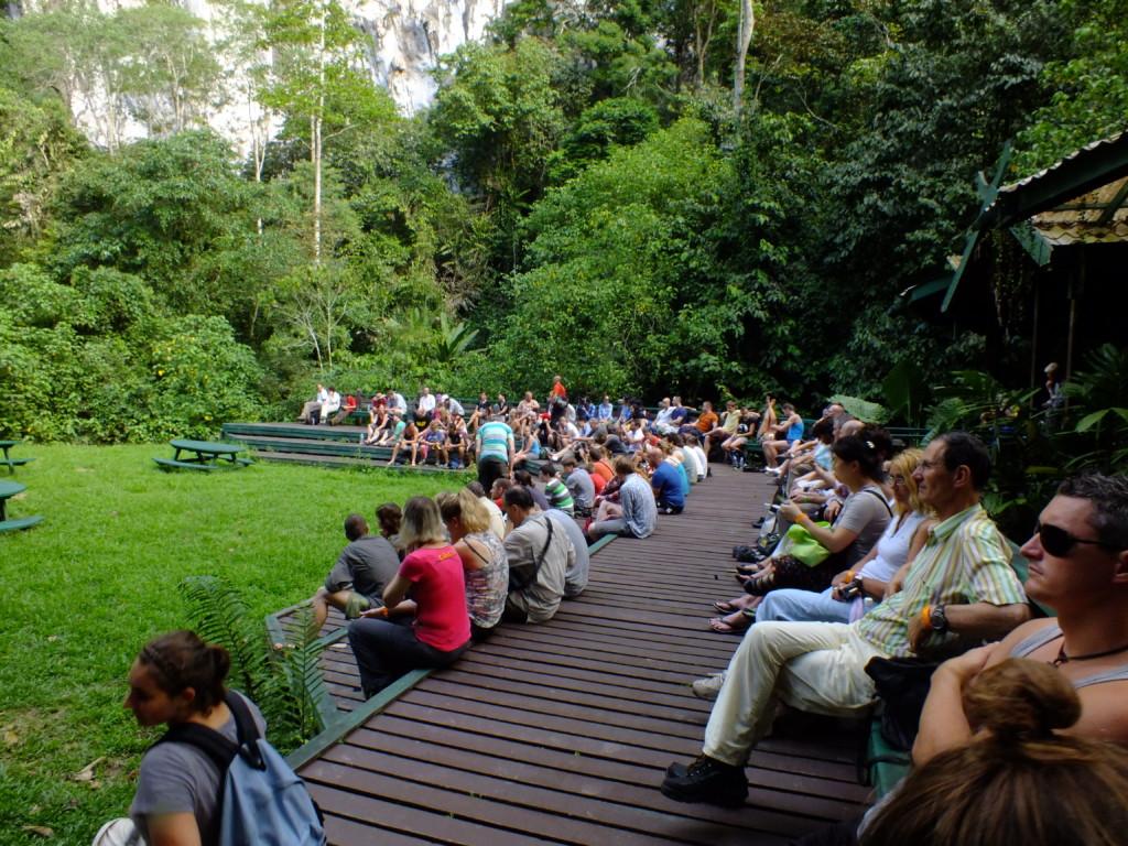 コウモリを待つ観光客 グヌン・ムル国立公園 2012.7.26