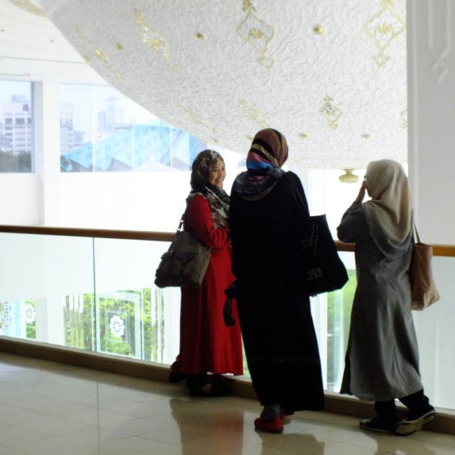 モスリムの女性:カラフルなヒジャーブを見ているだけで楽しい イスラムアート美術館にて