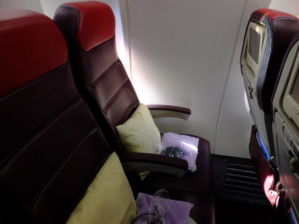 座席は革製、毛布、枕、ヘッドフォンあり。