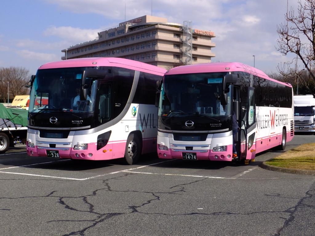 2台並んだWILLERバス