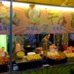 クアラルンプールのアロー通りで見つけたトロピカルフルーツの揚げ物 おいしいの?