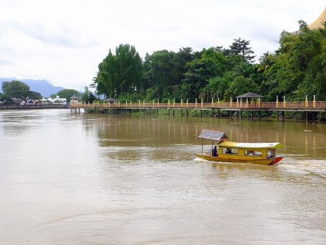 とうとうと流れるサラワク川